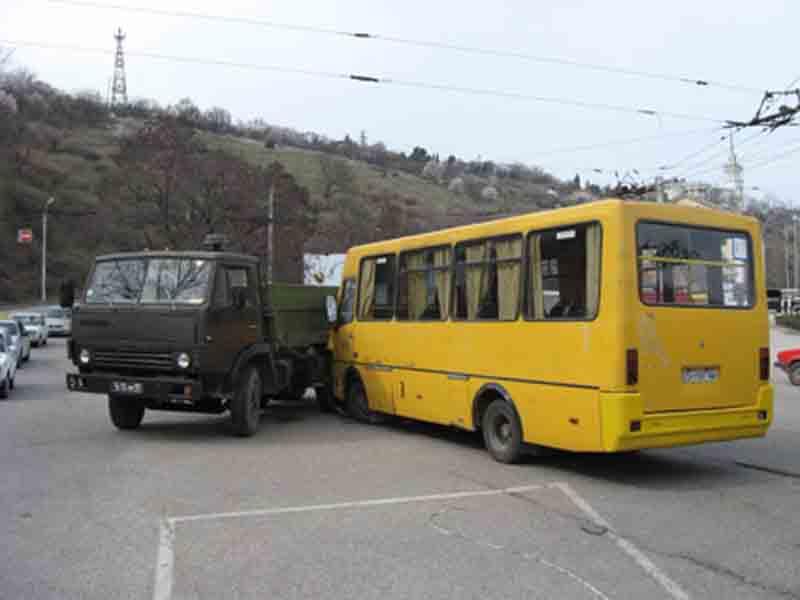 Автобус столкнулся с КАМАЗом под…